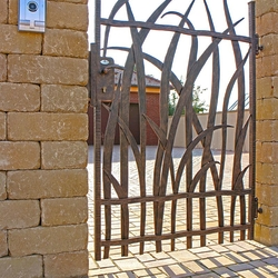 A wrought iron gate inspired by nature - A luxury fence